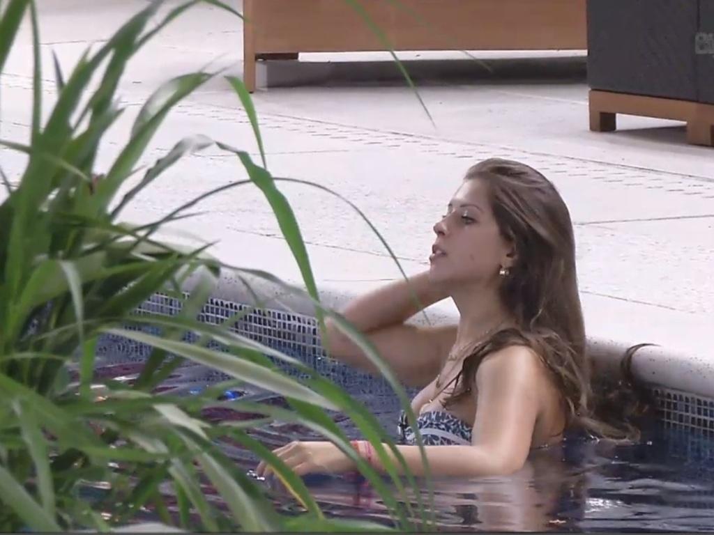 8.mar.2013 - Andressa reoslve dar mergulho na piscina durante a noite