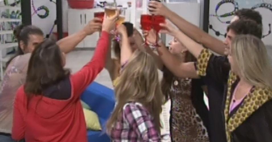 """8.mar.2013 - Brothers fazem um brinde à chegada de Miguel no """"BBB13"""""""