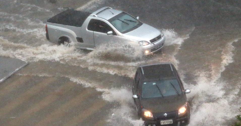 8.mar.2013 - Carros enfrentam ponto de alagamento no cruzamento das avenidas Faria Lima e Rebouças, na zona sul da capital