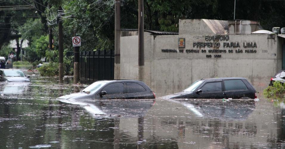 8.mar.2013 - Chuva causa alagamento na rua Juca Mulato, região do Ibirapuera em São Paulo (SP), nesta sexta-feira