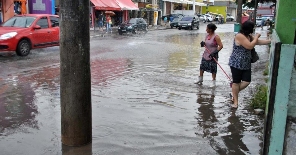 8.mar.2013 - Chuva causa alagamento na rua Padre Veiga de Menezes, centro de Itaquera em São Paulo (SP), nesta sexta-feira