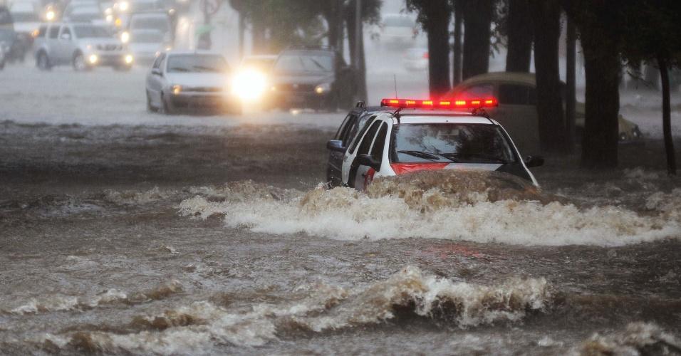 8.mar.2013 - Carro de polícia é quase engolido pelas águas em alagamento na avenida Pompeia, na zona oeste de São Paulo (SP), na tarde desta sexta-feira. Forte chuva alagou vários pontos da cidade