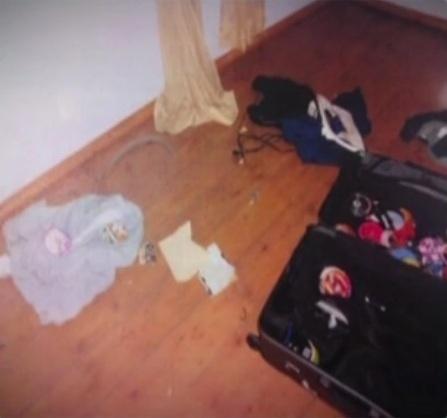 8.mar.2013 - Dentro de uma mala de viagem não havia roupa, mas somente CDs de música