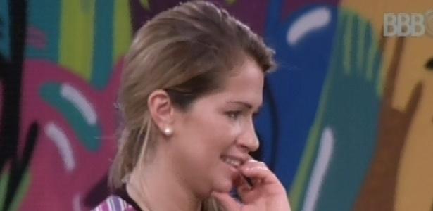 8.mar.2013 - Fani sente os primeiros sinais de cansaço às 3h10 e recebe apoio de Kamilla