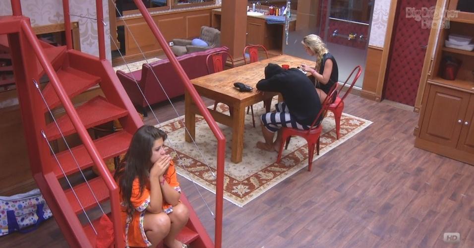 8.mar.2013 - Fernanda almoça na xepa ao lado de André, enquanto Andressa conversa com os dois snetada na escada
