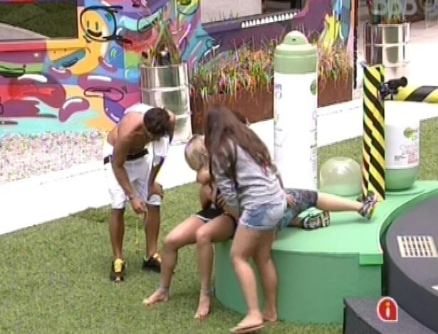 8.mar.2013 - Fernanda, líder, é amparada por Kamilla e André após vencer prova de resistência