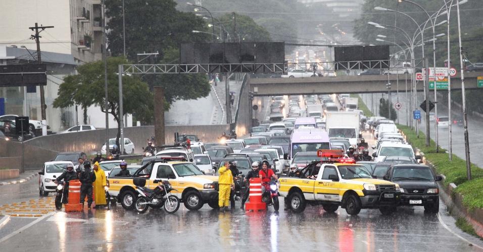 8.mar.2013 - Forte chuva atinge a avenida Pedro Álvares Cabral, ao lado do parque Ibirapuera, em São Paulo (SP), na tarde desta sexta-feira, e interdita a avenida 23 de maio, sentido bairro, devido ao alagamento da via