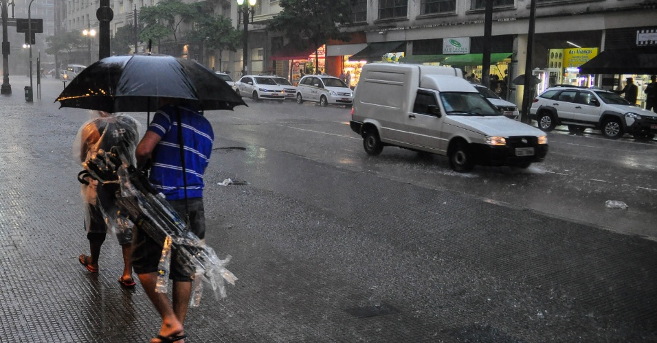 8.mar.2013 - Forte chuva atinge o Viaduto do Chá, região central de São Paulo (SP), na tarde desta sexta-feira