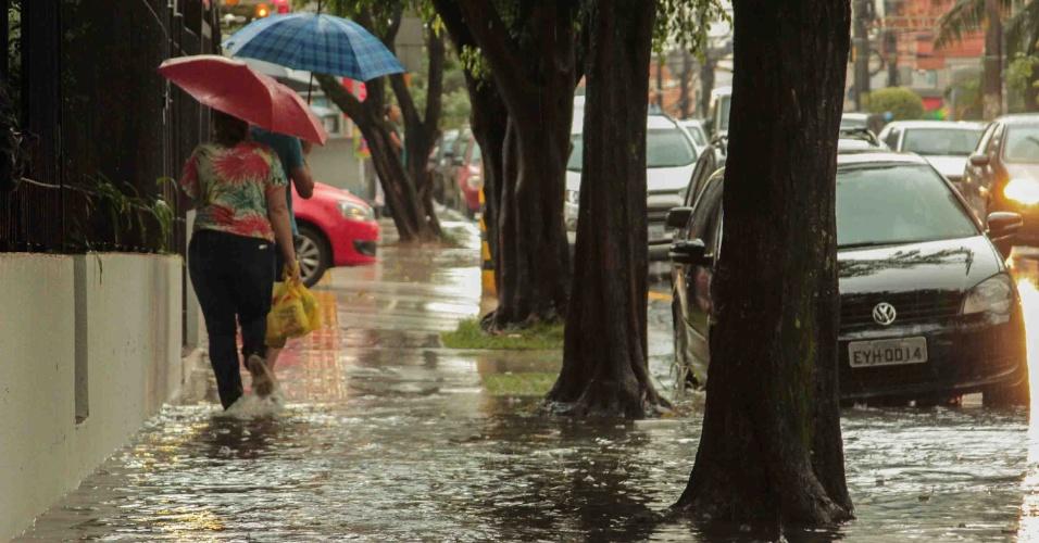 8.mar.2013 - Forte chuva causa alagamento na rua Oscar Freire, famosa pelo comércio de luxo, na região central de São Paulo (SP), na tarde desta sexta-feira