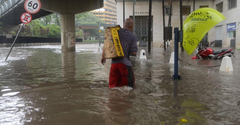 8.mar.2013 - Forte chuva causa alagamento na saída da avenida 23 de maio com a avenida 9 de julho, em São Paulo (SP), na tarde desta sexta-feira
