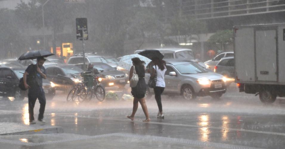 8.mar.2013 - Forte chuva com vendaval atinge a avenida Paulista em São Paulo (SP), na região central de São Paulo, na tarde desta sexta-feira
