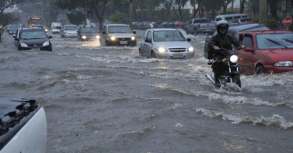 8.mar.2013 - Forte chuva no Bosque dos Eucaliptos, em São José dos Campos (SP), causa lentidão no trânsito da avenida Cidade Jardim, alagando a via