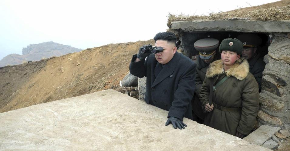 8.mar.2013 - Imagem divulgada nesta sexta-feira (8) mostra o líder norte-coreano, Kim Jong-un, utilizando um binóculo durante visita a unidade próxima à Coreia do Sul ontem (7). A tensão na península coreana atingiu nesta sexta-feira (8) níveis extremamente altos após a Coreia do Norte responder às últimas sanções da ONU com o anúncio de que romperá o cessar-fogo assinado há seis décadas com o Sul em uma renovada ameaça de ataque nuclear
