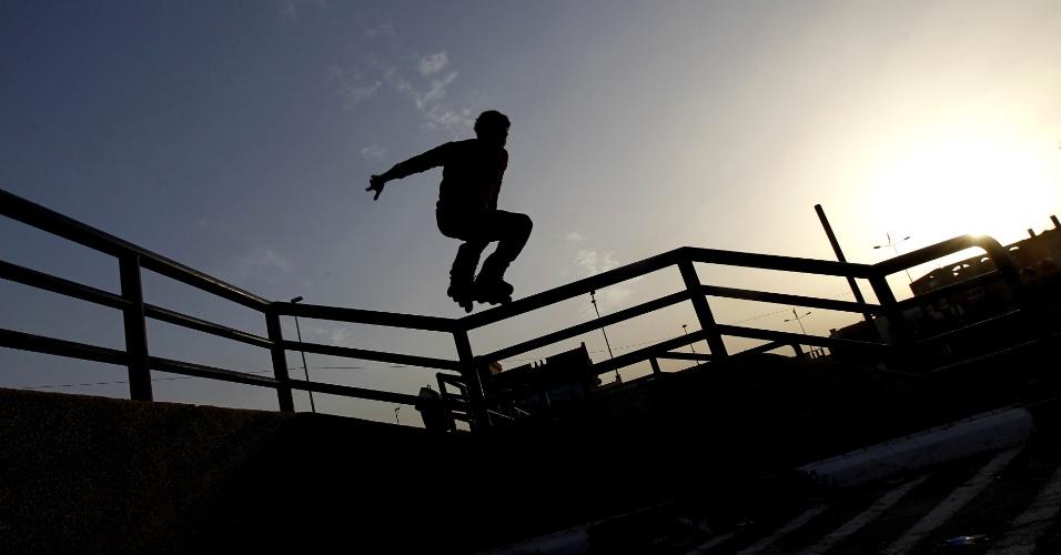 8.mar.2013 - Integrante do time de skate jovens Palstinian mostra sua técnica durante o treinamento na cidade de Gaza