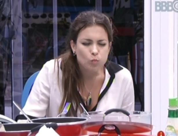 8.mar.2013 - Kamilla come almoço feito por Andressa, após acordar