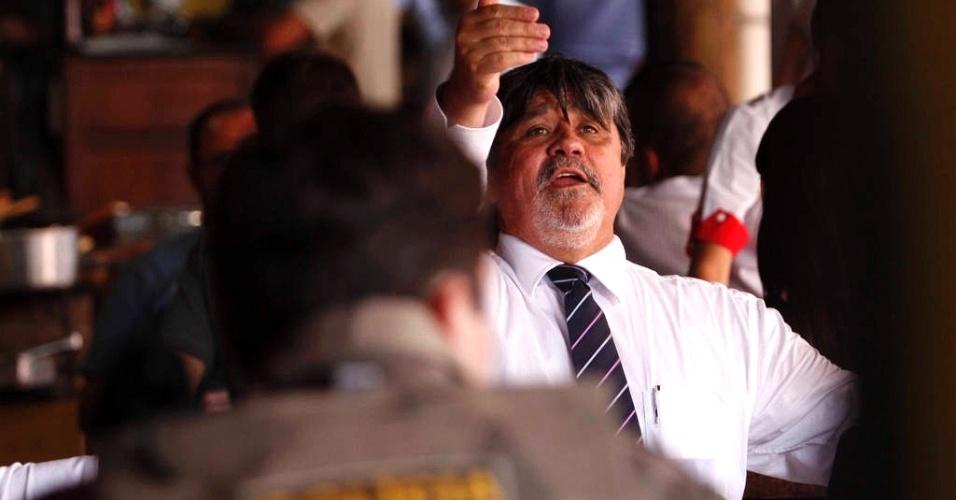 8.mar.2013 - Lucio Adolfo, advogado de Bruno Fernandes, aguarda sentença da juíza Marixa Fabiane Lopes no fórum de Contagem (MG)
