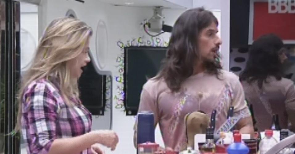 8.mar.2013 - Miguel diz ter vontade de preparar mate e Fani revela gostar bastante da bebida
