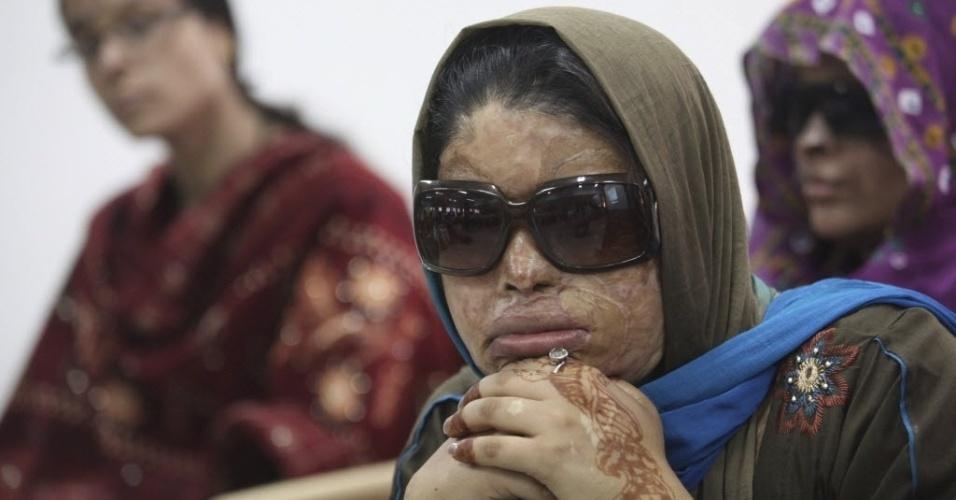 8.mar.2013 - Mulher vítima de ataque com ácido assite a seminário por ocasião do Dia Internacional da Mulher em Nova Déli, capital da Índia
