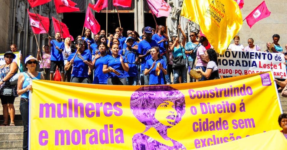 8.mar.2013 - Mulheres de diversos movimentos populares realizam na manhã desta sexta-feira (8) a Marcha da Panela Vazia em frente à Catedral da Sé, na região central de São Paulo, em protesto contra a violência machista, racista e lesbofóbica