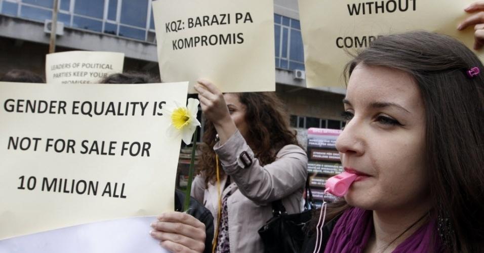 8.mar.2013 - Mulheres fazem manifestação por ocasião do Dia Internacional da Mulher nesta sexta-feira (8), em Tirana, na Albânia