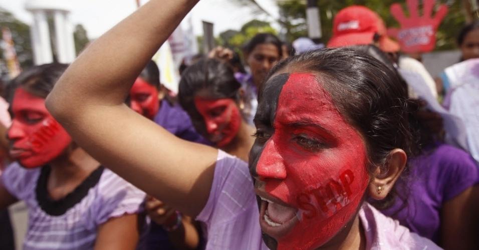 8.mar.2013 - Mulheres protestam no em Colombo, no Sri Lanka, exigindo medidas mais rígidas contra casos de violência doméstica e estupro no país