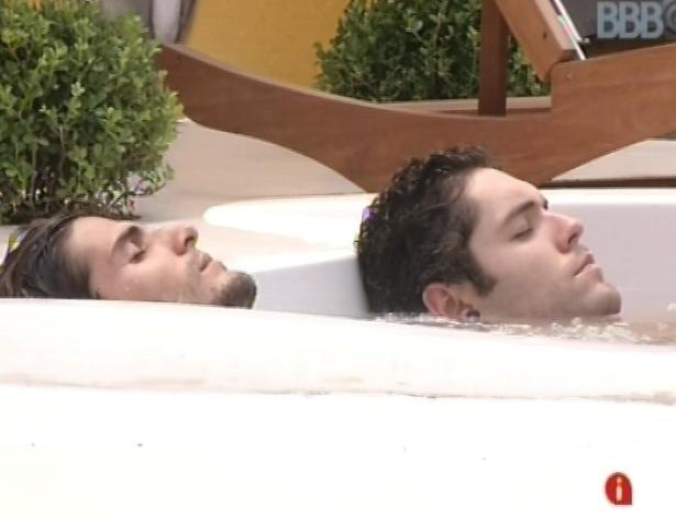 8.mar.2013 - Nasser e André relaxam no ofurô após passaram mais de 12 horas em prova de resistência
