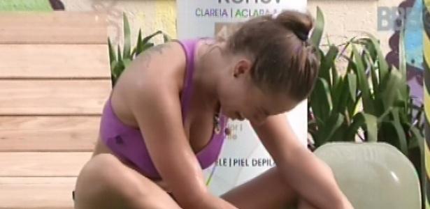 8.mar.2013 - Natália chora com dor no tornozelo após desistir da prova do líder