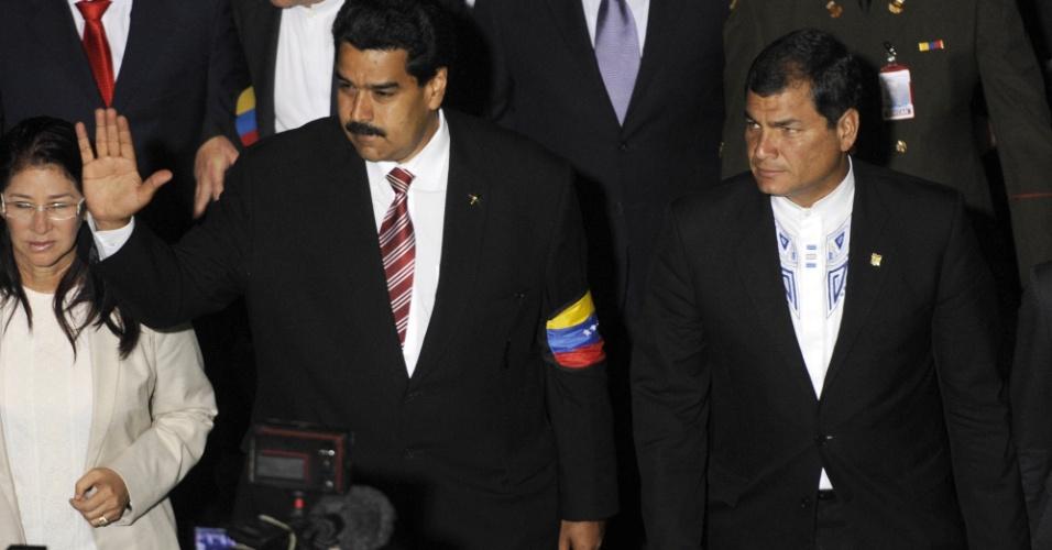 8.mar.2013 - O então vice-presidente da Venezuela, Nicolas Maduro (ao centro), ao lado de sua mulher Cília Flores e do presidente do Equador, Rafael Correia estão na Assembleia Nacional de Caracas, onde jurou a Constituição do país e foi nomeado Presidente encarregado da Venezuela
