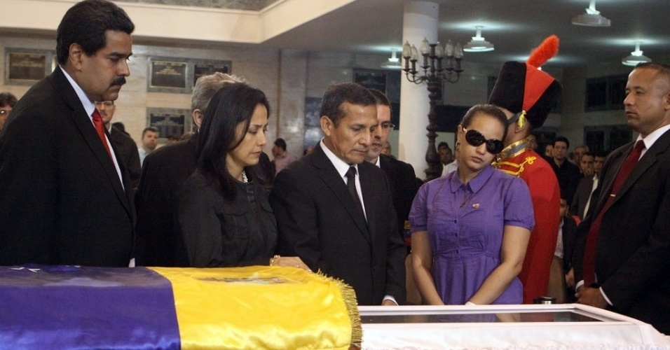 8.mar.2013 - O presidente interino da Venezuela, Nicolás Maduro (à esquerda), e a filha de Hugo Chávez, Viriginia Chávez (de óculos escuros), acompanham o presidente do Peru, Ollanta Humala, e a mulher dele, Nadine Heredia, no velório de Chávez, em Caracas. O funeral começará nesta sexta-feira (8), às 11h do horário local (12h30 de Brasília)