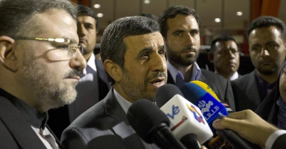 8.mar.2013 - O presidente do Irã, Mahmoud Ahmadinejad, chega a Caracas para o funeral de Hugo Chávez, que começa nesta sexta-feira (8), às 11h do horário local (12h30 de Brasília)
