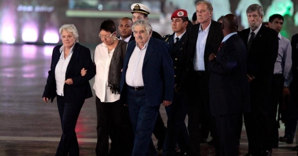 8.mar.2013 - O presidente do Uruguai, Jose Mujica (ao centro, de cabelos brancos), e sua mulher, Lucia Topolansky, chegam a Caracas para o funeral de hugo Chávez, que começa nesta sexta-feira (8), às 11h do horário local (12h30 de Brasília)