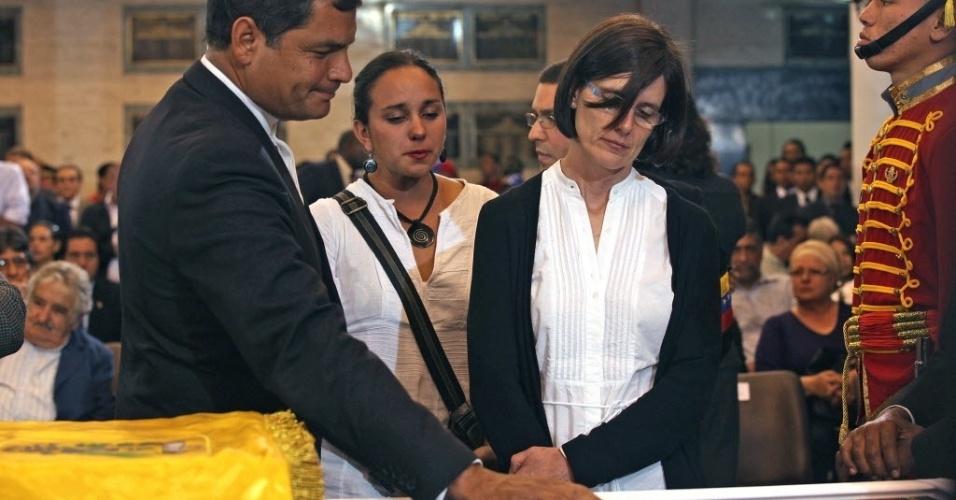 8.mar.2013 - O presidente Equador, Rafael Correa, e a mulher dele, Anne Malherbe, durante o velório de Hugo Chávez, em Caracas. O funeral de Chávez começará nesta sexta-feira (8), às 11h do horário local (12h30 de Brasília)