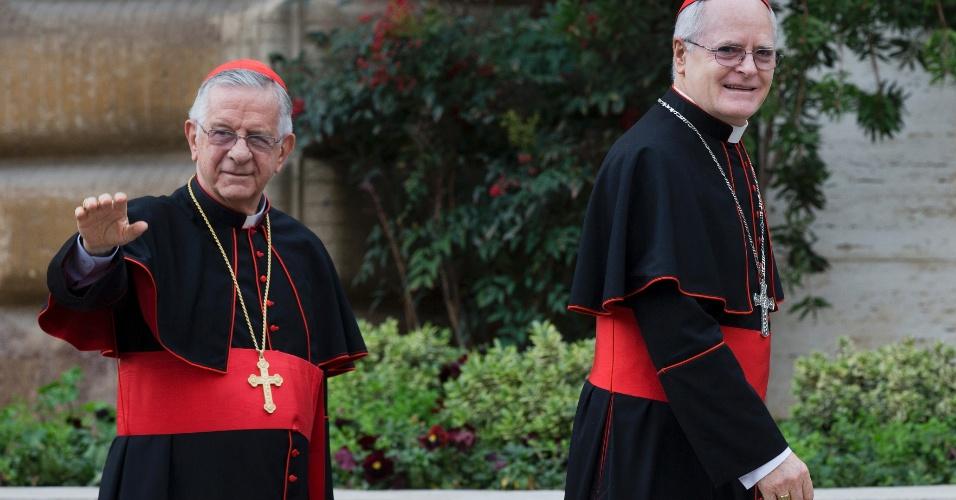 8.mar.2013 - Os cardeais brasileiros dom Odilo Scherer e dom Geraldo Majella chegam nesta sexta-feira (8) para reunião de preparação do conclave no Vaticano