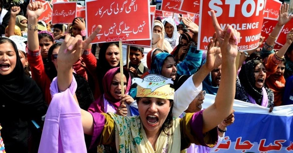 8.mar.2013 - Paquistanesas participam de marcha pelo Dia Internacional da mulher em Lahore, nesta sexta-feira (8). A marcha, realizada todos os anos, destaca as conquistas econômicas, políticas e sociais das mulheres do Paquistão