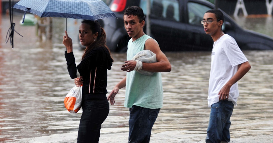 8.mar.2013 - Pessoas enfrentam alagamento na esquina da rua Barão do Bananal com Venâncio, em São Paulo (SP), na tarde desta sexta-feira