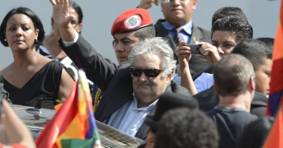8.mar.2013 - Presidente do Uruguai, José Mujica, (de óculos de sol) chega a Caracas para prestar homenagem ao presidente da Venezuela, Hugo Chávez, que morreu nesta semana. Vários líderes latino-americanos prestaram homenagem ao venezuelano