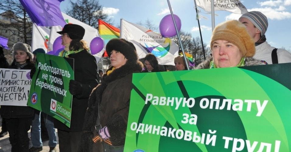 8.mar.2013 - Russas fazem manifestação pelo Dia Interbacional da Mulher nesta sexta-feira (8), na capital Moscou