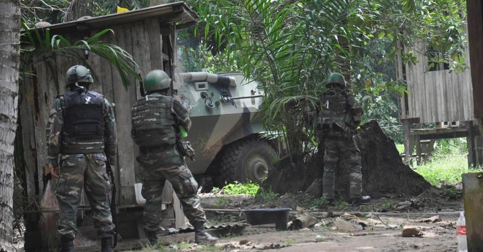 8.mar.2013 - Soldados malasianos invadem acampamento de grupo armado de filipinos em Lahad Datu, no Estado de Sabah