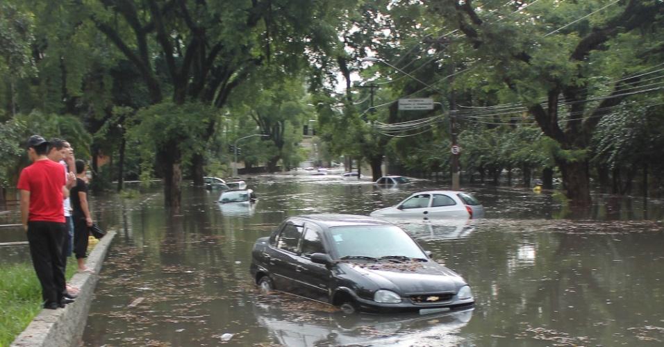 8.mar.2013 - Temporal que atingiu a zona sul de São Paulo (SP) causou pontos de alagamento na avenida 23 de maio, na tarde desta sexta-feira, piorando o trânsito da região