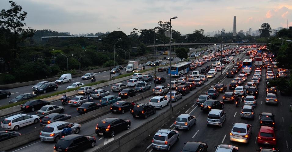 8.mar.2013 - Trânsito em São Paulo, na avenida Pedro Álvares Cabral