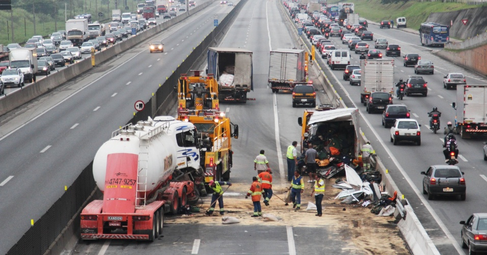 8.mar.2013 - Um caminhão se envolveu em um engavetamente com sete veículos na madrugada desta sexta-feira (8), no km 219 da pista expressa, sentido São Paulo, da rodovia Dutra, na altura de Guarulhos (SP)