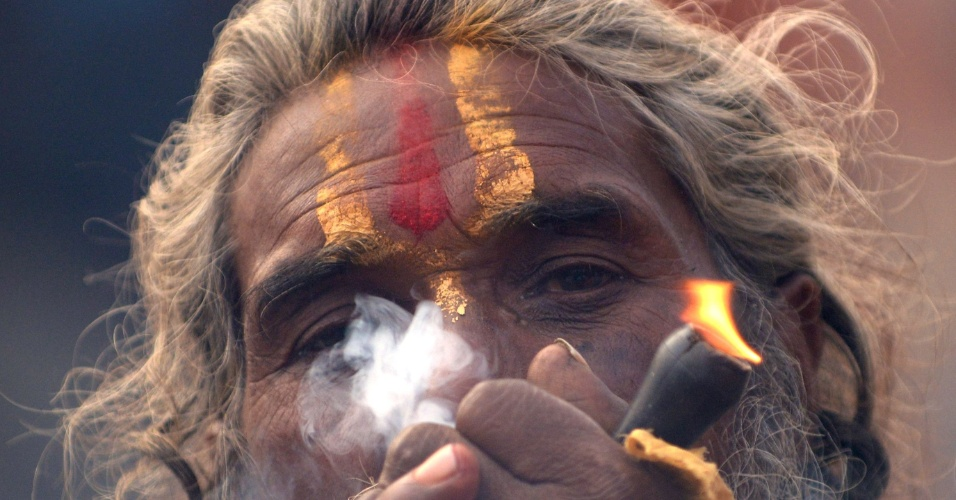 8.mar.2013 - Um sadhu (homem santo hindu) fuma maconha usando um chillum, um cachimbo de barro tradicional, como uma oferta de santo para o Senhor Shiva, o deus hindu da criação e destruição, perto do Templo de Pashupatinath à frente do festival hindu Maha Shivaratri, em Kathmandu nesta sexta (8). Hindus marca o Maha Shivratri festival, oferecendo orações e jejum