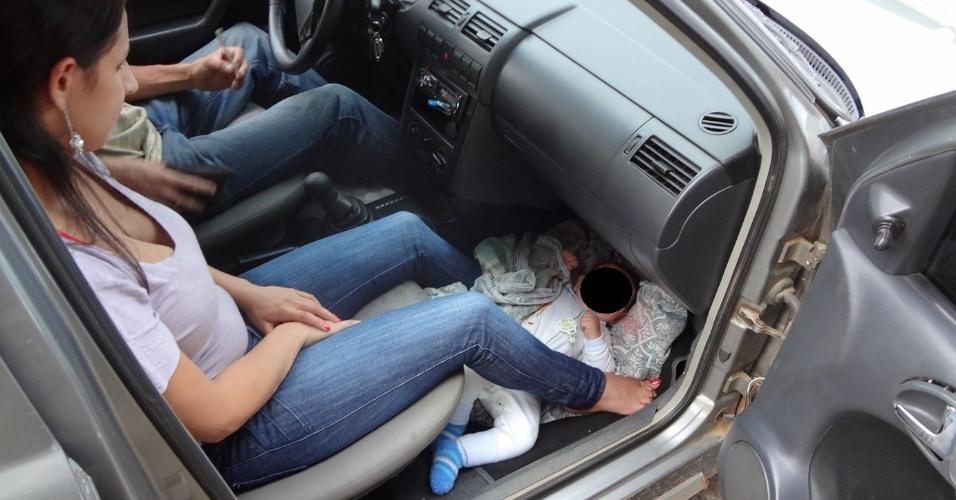 Mulher é detida em Santa Catarina após ser flagrada levando bebê em chão do carro