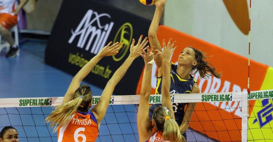 09.mar.2013 - A búlgara Vasileva, do Vôlei Amil, tenta ataque contra o bloqueio de jogadoras do Sollys/Nestlé, na semifinal da Superliga