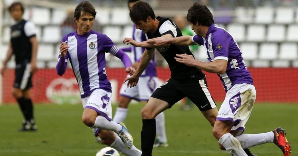 09.mar.2013 - Brasileiro Lucas Piazon (centro), do Málaga, disputa a bola com dois jogadores do Valladolid, em partida do Campeonato Espanhol