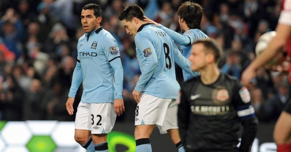 09.mar.2013 - Carlos Tevez (esq.) comemora depois de marcara o terceiro gol para o Manchester City na partida contra o Barnsley, pela Copa da Inglaterra