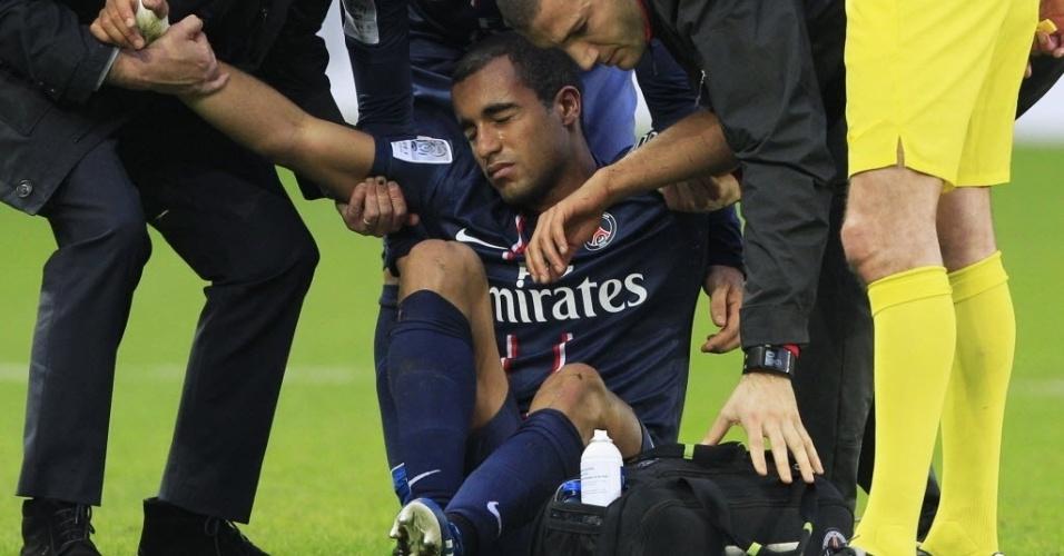 09.mar.2013 - Lucas, ex-São Paulo, teve que ser substituído após levar pancada no tornozelo durante partida do PSG contra o Nancy, pelo Campeonato Francês