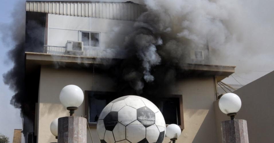 09.mar.2013 - Sede da federação egípcia de futebol é incendiada após confirmação de condenação à morte de 21 pessoas após batalha campal