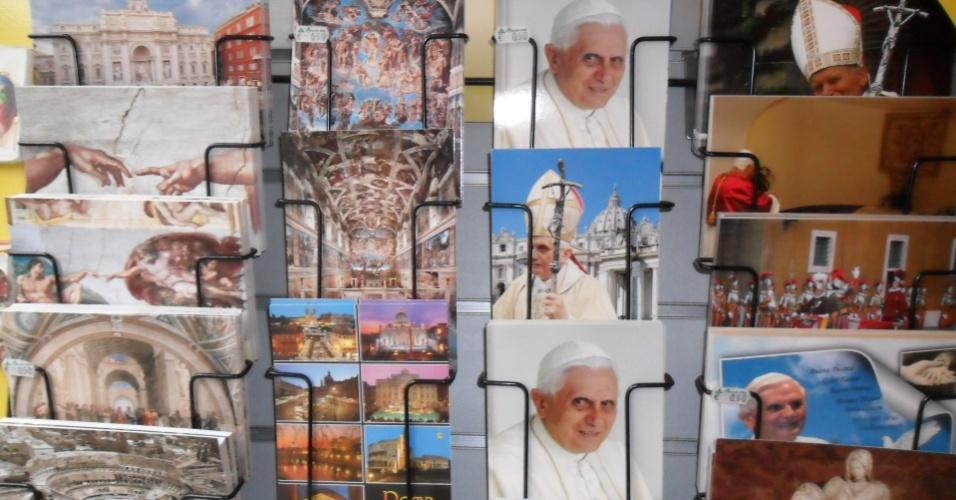 10.mar.2013 - Cartões com a imagem de Bento 16 são vendidos em loja de artigos religiosos próxima ao Vaticano, na praça São Pedro