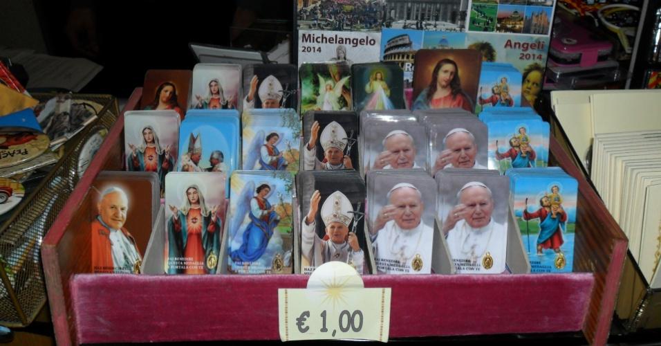 10.mar.2013 - Por um euro, souvenir de Bento 16 não tem muita procura em loja de artigos religiosos na praça São Pedro, em Roma